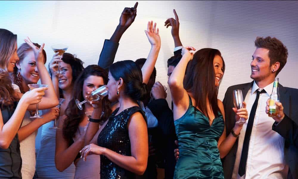 Idei de tinute stilysh pentru petrecerile corporate de sarbatori